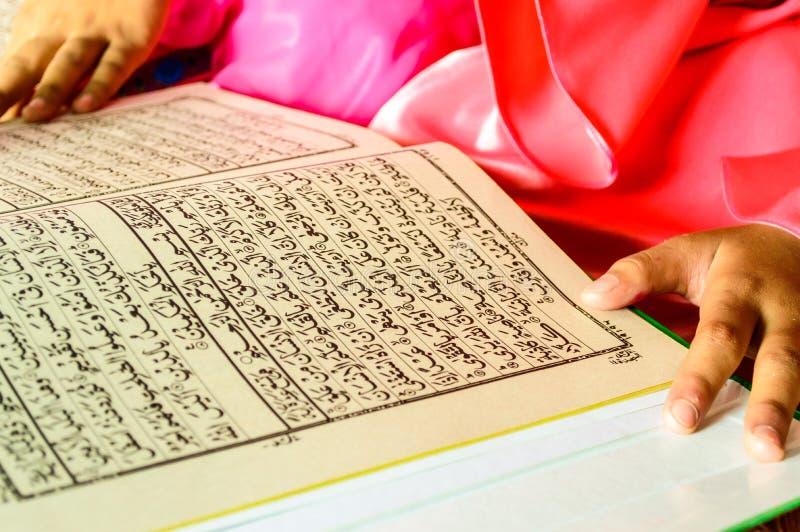 Eine junge moslemische Mädchenlesung. stockbild