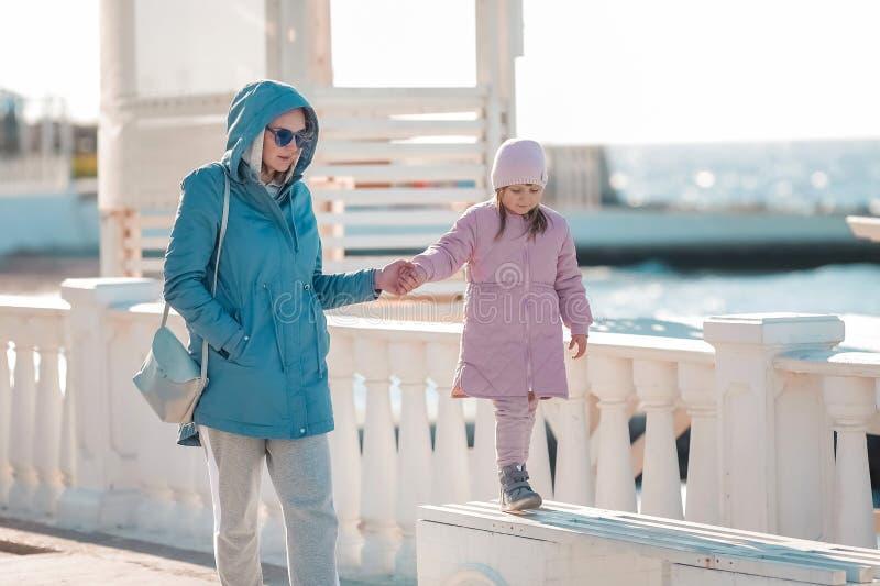 Eine junge Mutter und ein kleiner Tochter-Weg lizenzfreie stockfotos