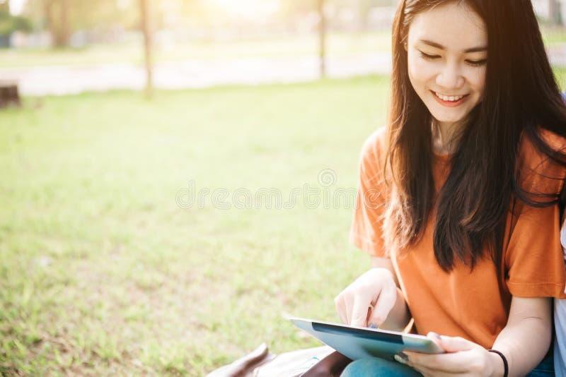 Eine junge oder jugendlich asiatische Studentin in der Universität stockfotografie