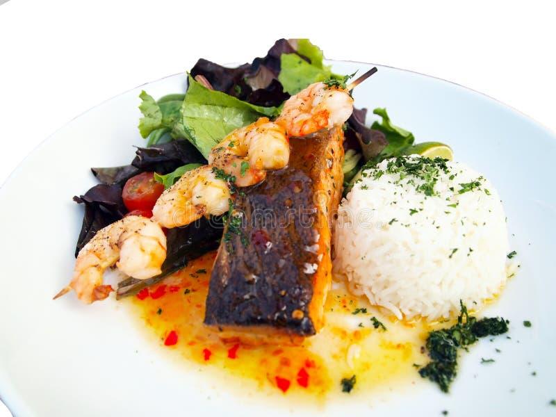 Eine köstliche Meeresfrüchtemahlzeit auf weißem Hintergrund stockbilder