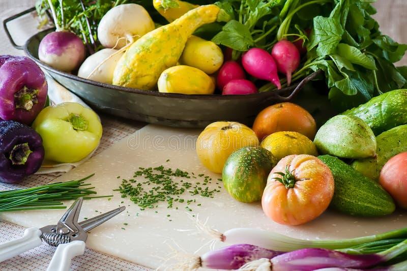 Eine Küchenszene mit geschnippelten Schnittlauchen und frisch gewaschenem Gemüse lizenzfreies stockfoto