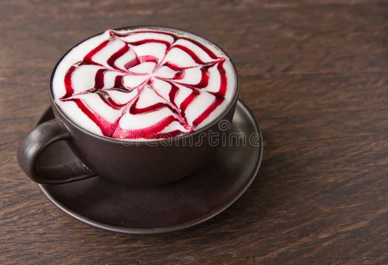 Eine Kaffee Latte Kunst auf Teakholzholztabelle stockfoto