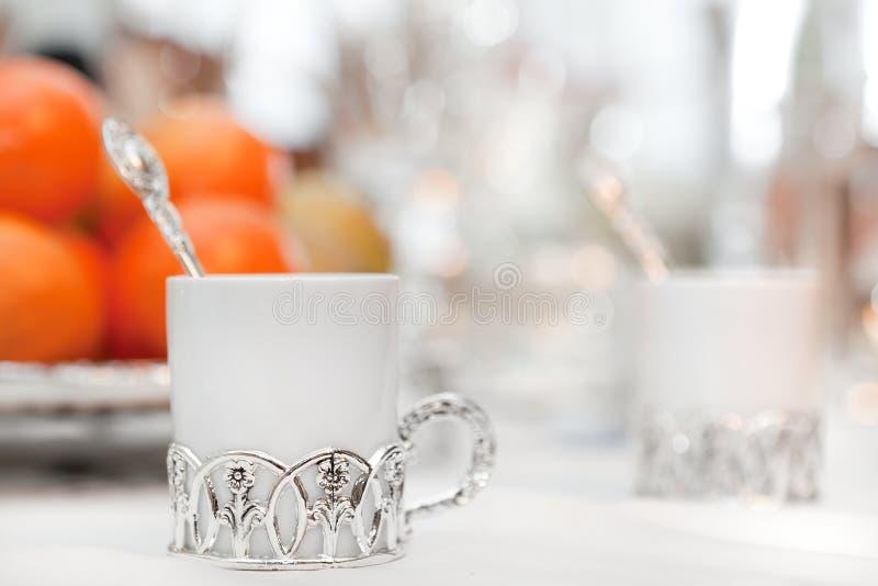 Eine Kaffeetasse mit Halterungen lizenzfreies stockbild