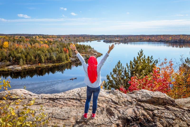 Eine kanadische moslemische genießende Ansicht von der Spitze des Hügels lizenzfreie stockbilder