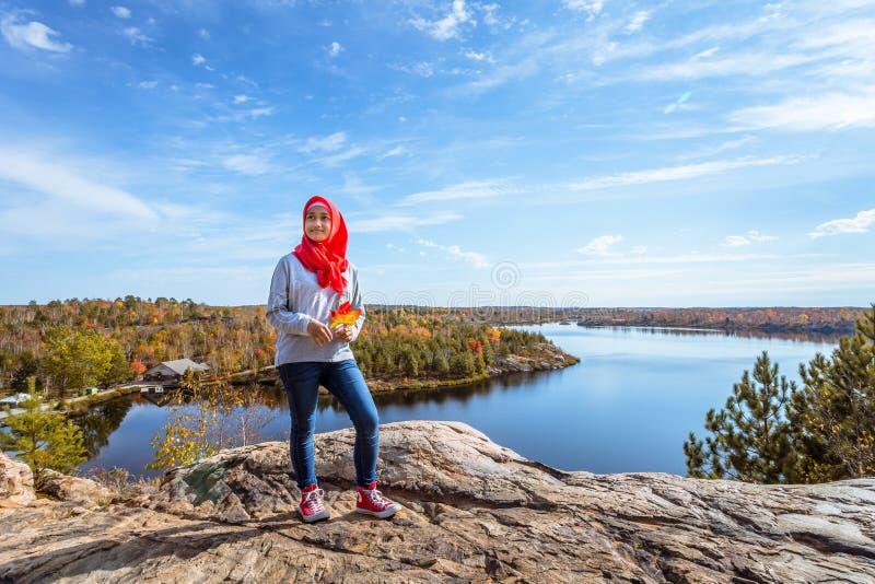 Eine kanadische moslemische genießende Ansicht von der Spitze des Hügels stockfotos
