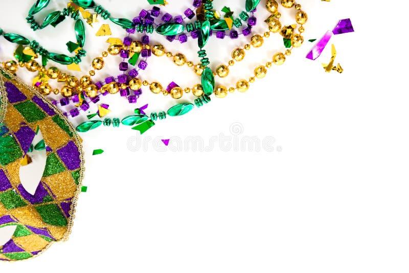 Eine Karnevalmaske und -perlen auf einem weißen Hintergrund mit Exemplar spac lizenzfreies stockbild