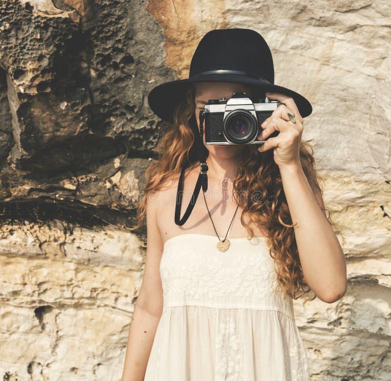 Eine kaukasische Frau genießt die Sommerzeit stockfotos