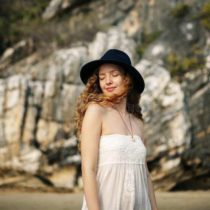 Eine kaukasische Frau genießt die Sommerzeit lizenzfreie stockfotografie