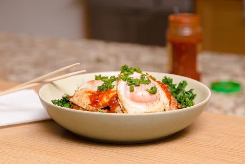 Eine ketogenic Mahlzeit, die aus Schweinefleisch- und Kohlaufruhrfischrogen mit Spiegeleiaufspitze besteht stockfotografie