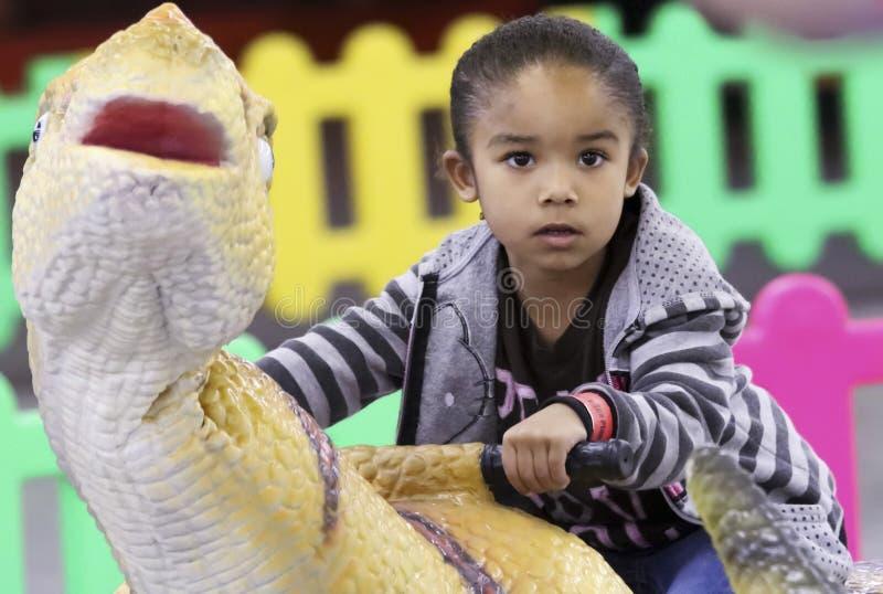 Eine Kiddie-Dinosaurier-Fahrt an T-Rexplaneten, Tucson-Ausstellungs-Mitte stockfoto