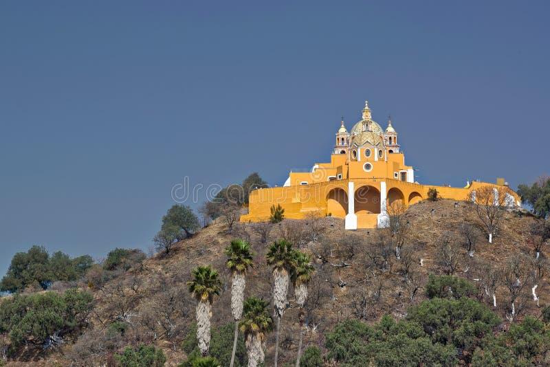 Eine Kirche auf einem Hügel stockbilder