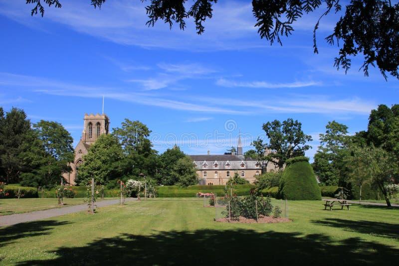 Eine Kirche und ein herrschaftliches Anwesen in England lizenzfreie stockfotografie
