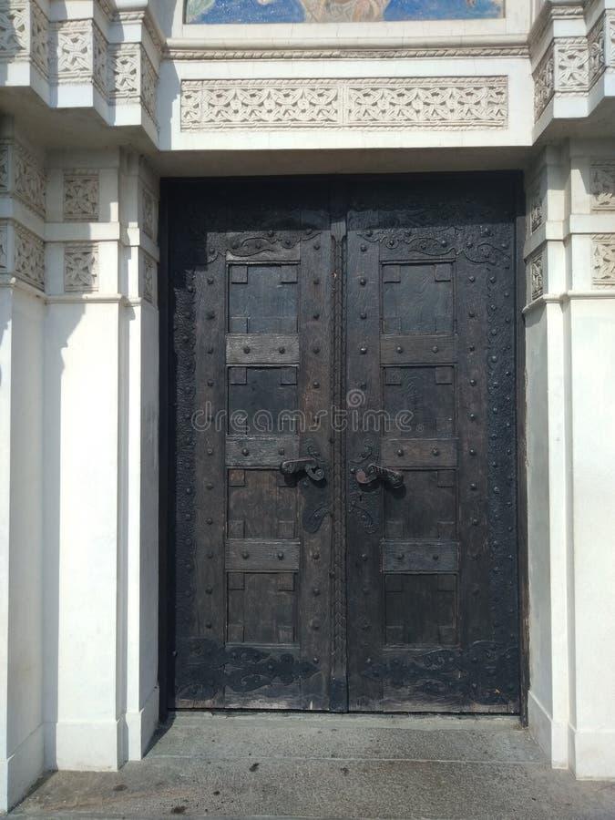 Eine Kirchentür am sonnigen Tag in Lazarevac, Serbien lizenzfreie stockbilder