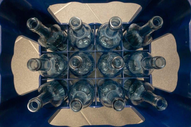 Eine Kiste mit leeren Glasflaschen lizenzfreies stockfoto