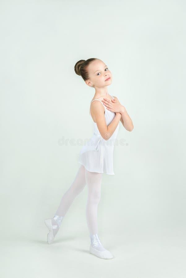 Eine kleine entzückende junge Ballerina wirft auf Kamera auf stockbild
