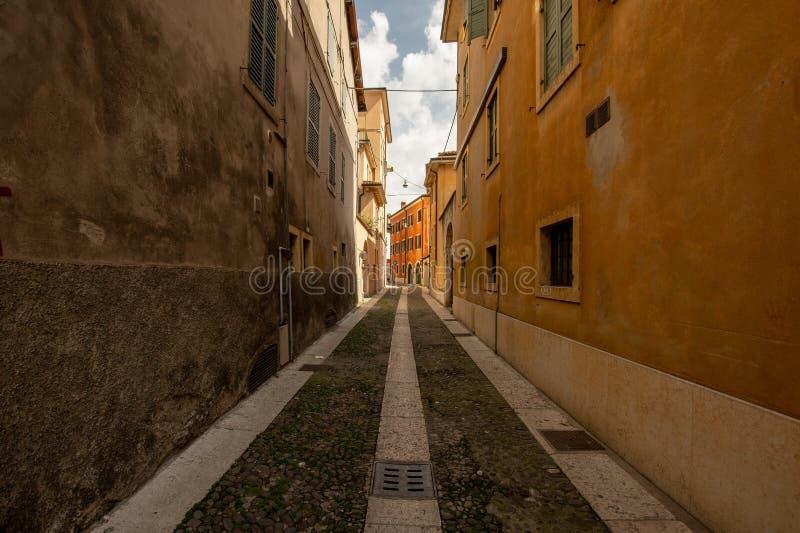 Eine kleine Gasse in Verona lizenzfreie stockbilder