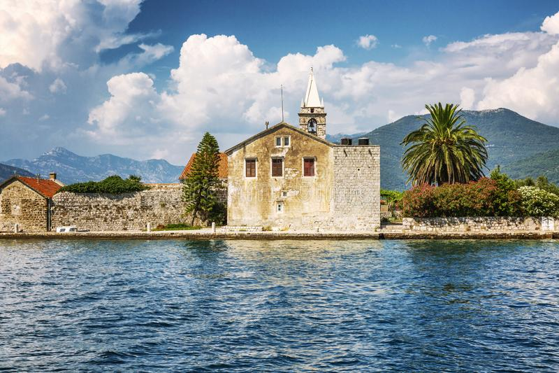 Eine kleine Insel im adriatischen Meer mit einem alten Haus und einer sch?nen Natur Sonniger Tag lizenzfreies stockbild