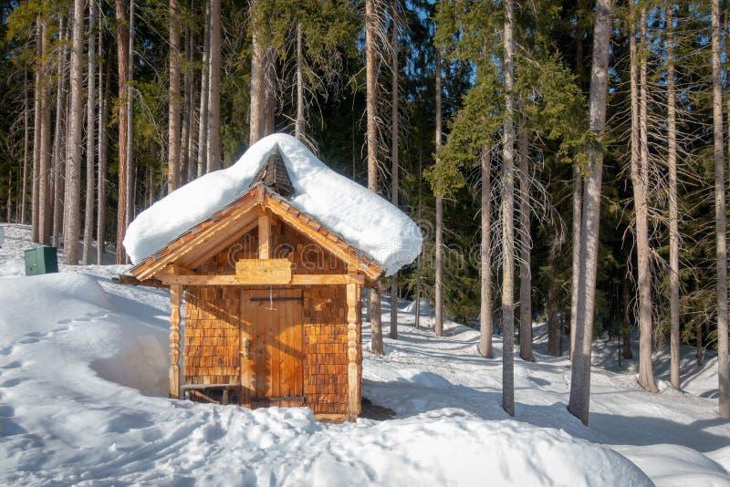 Eine kleine Kapelle in den Alpen stockfotografie
