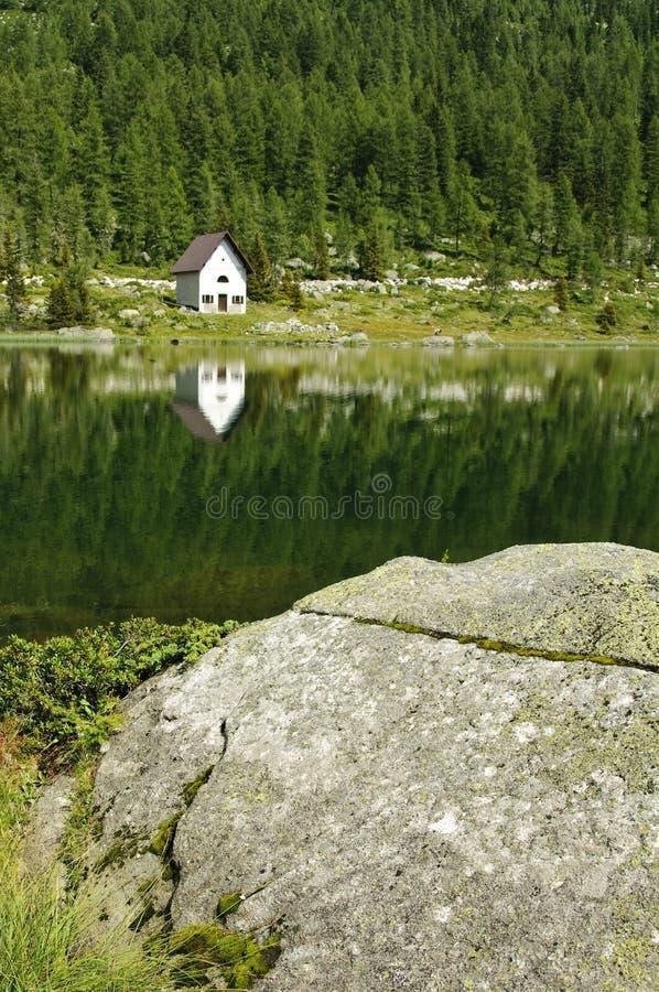 Eine kleine Kirche nahe dem See lizenzfreies stockbild