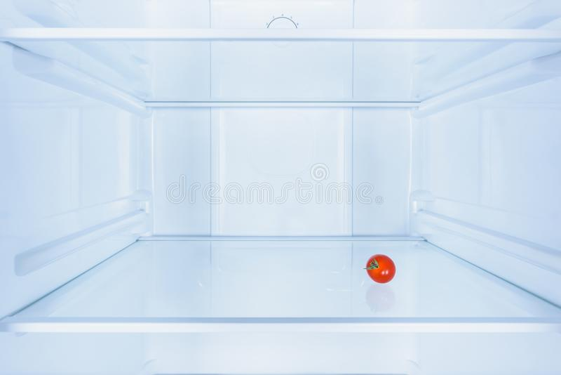 eine kleine rote Tomate lizenzfreie stockfotos