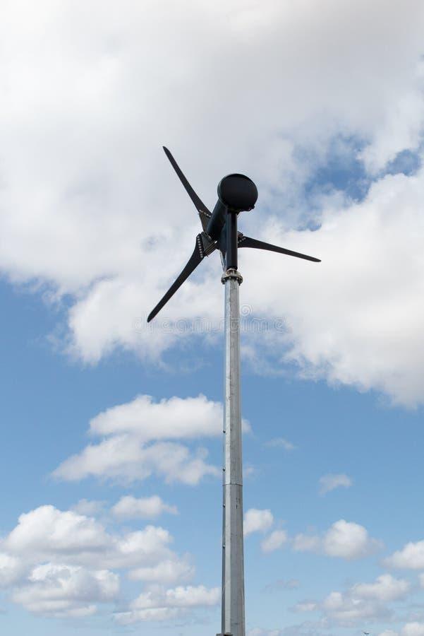 Eine kleine Windkraftanlageerneuerbare energiequelle von Zukunft auf blauem Himmel mit Wolke als Hintergrund lizenzfreie stockfotografie
