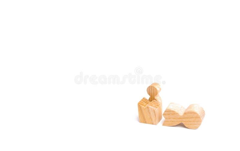 Eine kleine Zahl eines Mannes schaut aus den Überresten einer großen Zahl heraus Das Konzept von Wiederbelebung und Befreiung, ei stockfotografie