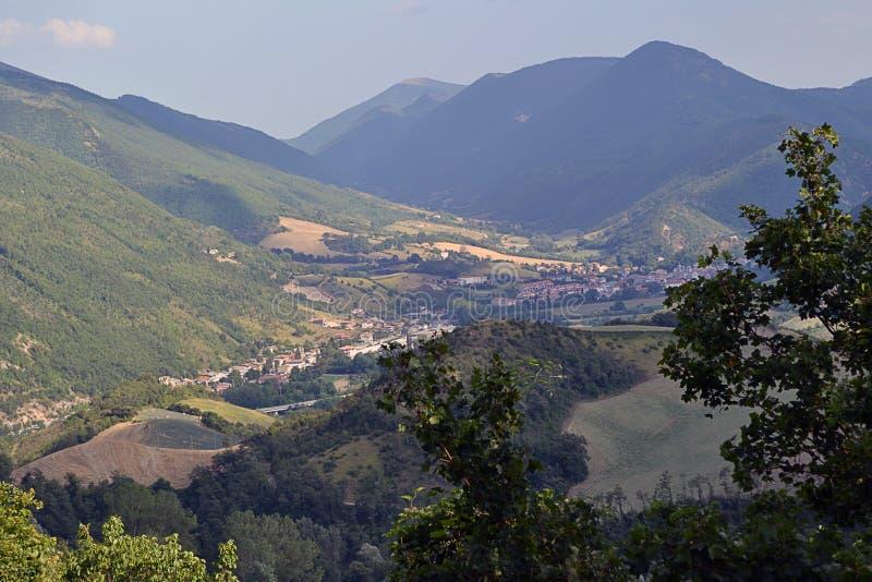 Eine Kleinstadt richtete im Tal der Berge aus stockfoto
