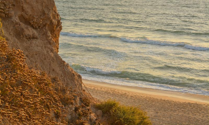Eine Klippe über dem Mittelmeer in Nationalpark Ashkelon, Israel lizenzfreies stockfoto