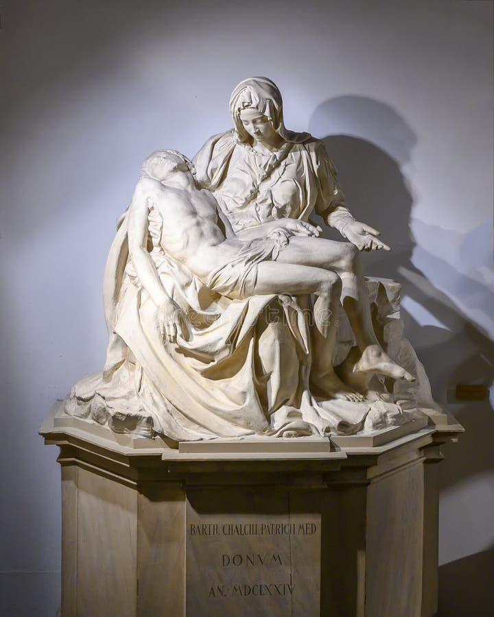 Eine Kopie von Michaelangelos Pieta durch Leone Leoni im Pinacota Ambrosiana in Mailand, Italien lizenzfreies stockfoto