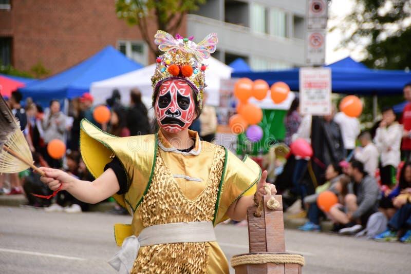 Eine kost?mierte Frau an den H?ten weg von der Tagesparade Burnaby BC Kanada am 3. Juni 2017 lizenzfreies stockfoto