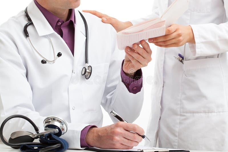 Eine Krankenschwester, die Blutprobe gibt, resultiert für einen Doktor stockfotografie