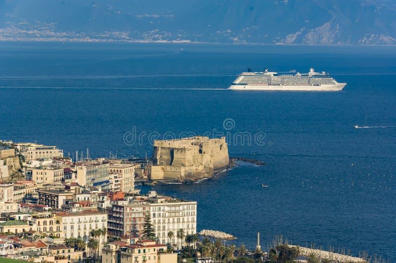 Eine Kreuzfahrtbootsbrandung in der Bucht von Neapel stockbilder