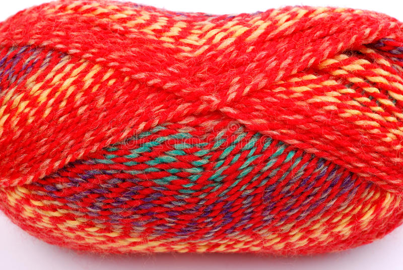 Eine Kugel der roten Wollen auf Weiß lizenzfreie stockbilder