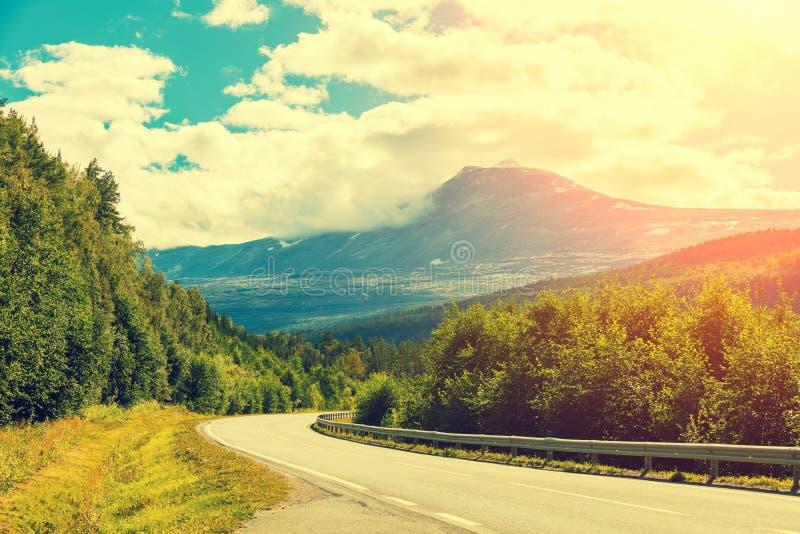 Eine kurvenreiche Straße, die zu den Berg führt stockfotos