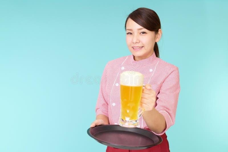 Eine lächelnde Kellnerin stockfotos
