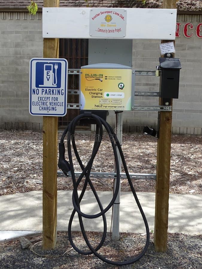 Eine Ladestation für Elektro-Mobile in einem Parkplatz lizenzfreie stockfotografie