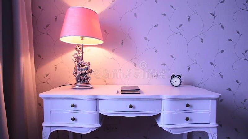 Eine Lampe auf einer weißen Tabelle stock footage