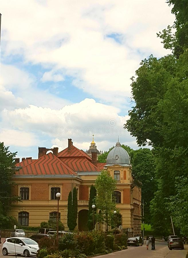 Eine Landschaft, ein Haus, ein Gebäude gemacht von den Ziegelsteinen An der Basis der gelben Farbe, ist das Hauptteil Braun, das  lizenzfreie stockbilder