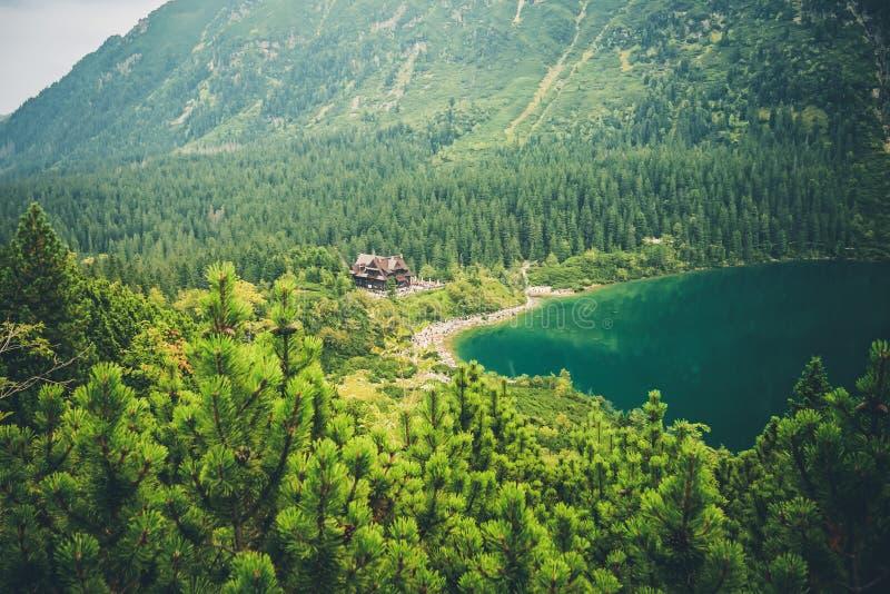 Eine Landschaft von Bergen und eine Ansicht einer Berghütte lizenzfreies stockfoto