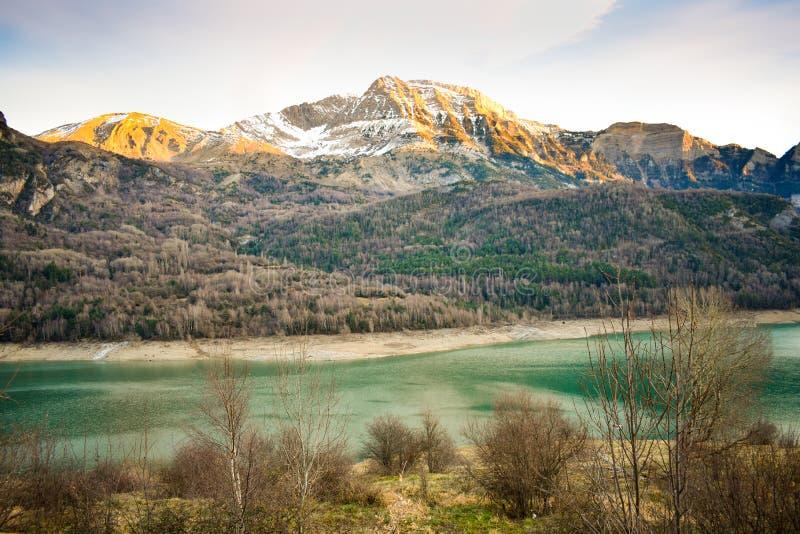 eine Landschaft, zum der schneebedeckten Spitzen der Berge und des blauen Wassers vom See an einem Nachmittagstag zu bewundern stockfotografie