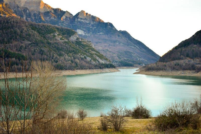 eine Landschaft, zum der Spitzen der Berge und des blauen Wassers vom See an einem Nachmittagstag zu bewundern stockbild