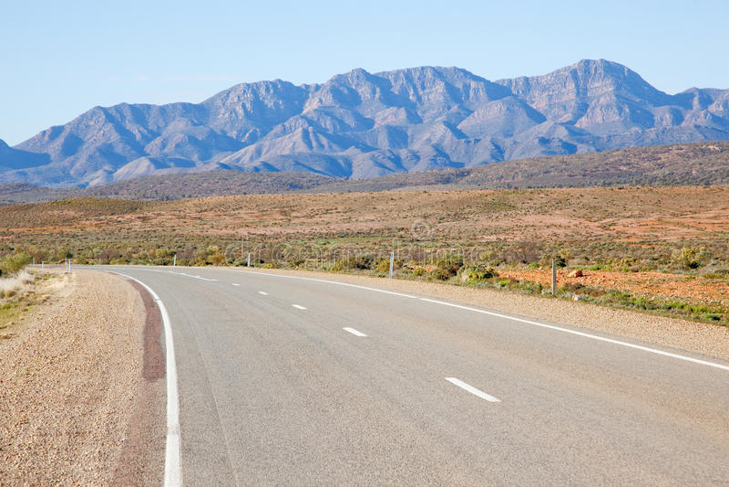 Eine Landstraße, die hinter die Flinders-Strecken läuft Die Gezeiten waren herein an diesem Tag stockbild