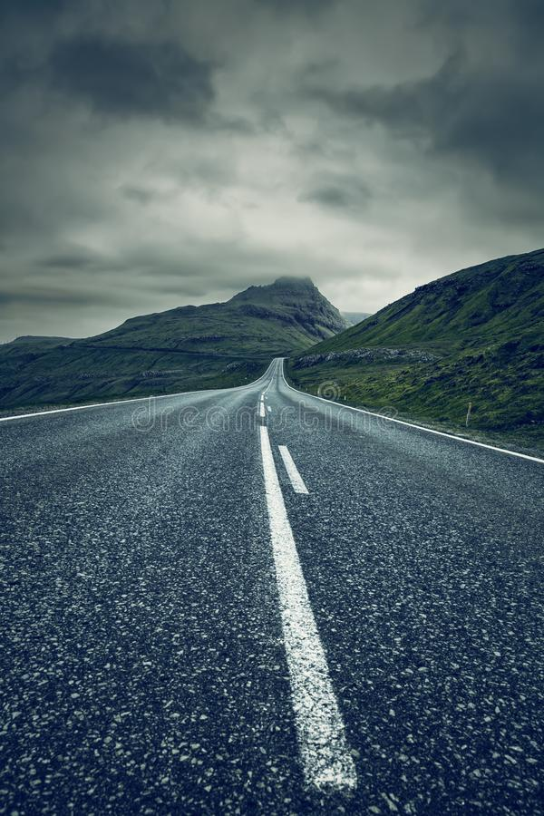 Eine lange leere gerade Straße, Färöer lizenzfreie stockfotografie
