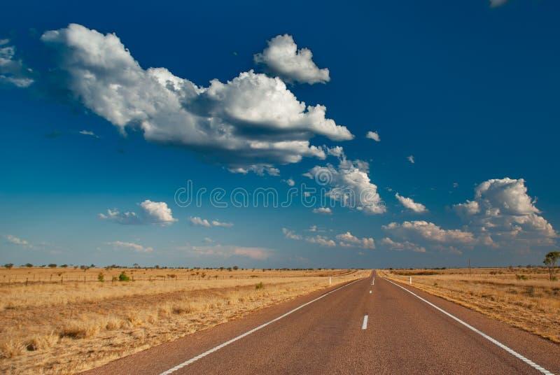Eine lange leere Straße im australischen Hinterland stockbild