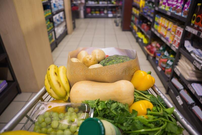 Eine Laufkatze mit gesundem Lebensmittel stockfotos