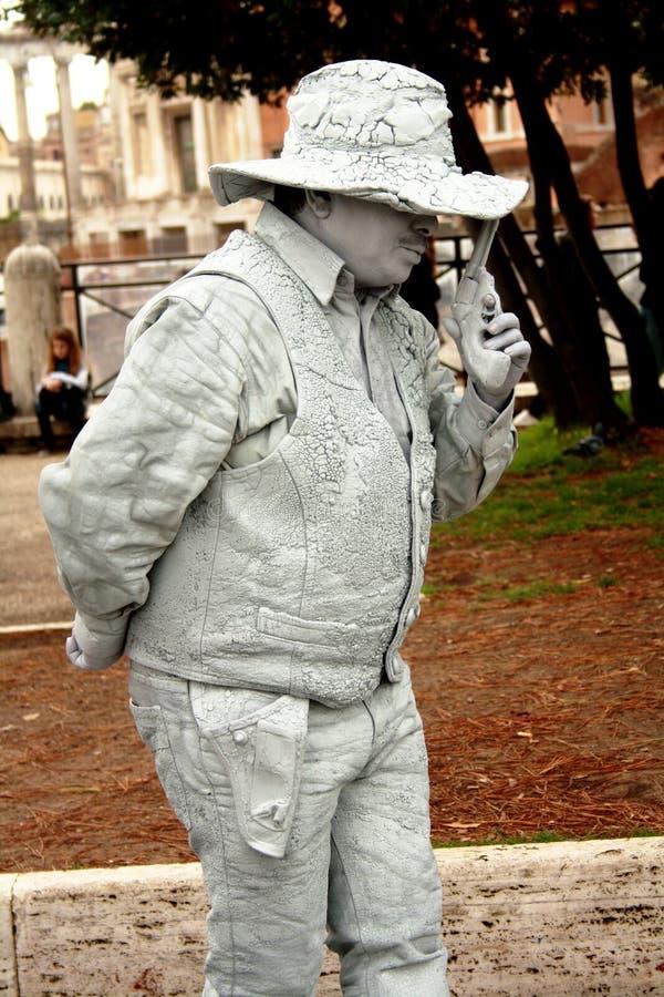 Eine lebende Statue eines italienischen ganster, bitten um Mitteilungsblatt und halten Revolver stockbilder