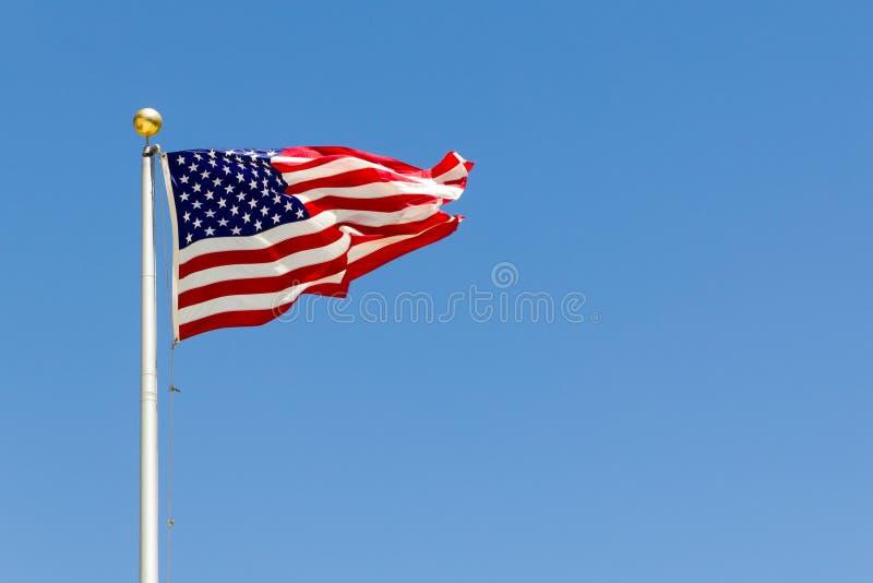 Eine lebhafte Brise, welche die US-Flagge durchbrennt lizenzfreie stockfotos