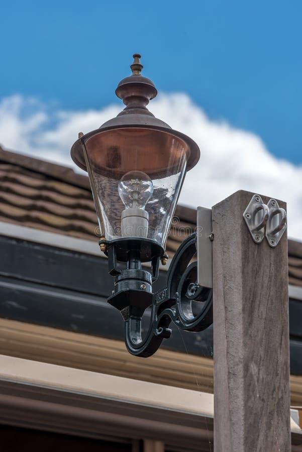 Eine LED-Lampe auf einem Pfosten stockfotos