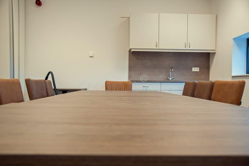 Eine leere Tabelle in einer Sporthalle stockfotografie