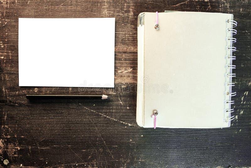 Eine leere weiße Postkarte mit einem schwarzen Bleistift und einer leeren Tagesordnung stockfotos